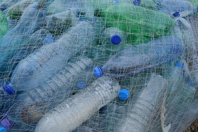 plastové láhve v síti