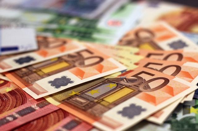 detail – hromádka barevných euro bankovek