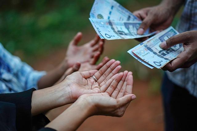nastavené dlaně na peníze