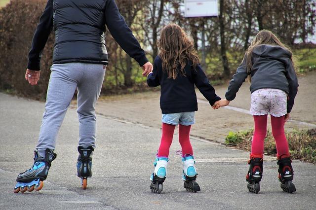 děti na kolečkových bruslích