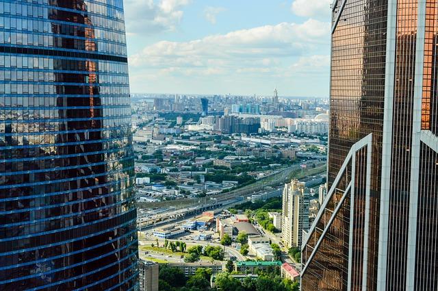 velkoměsto, dva mrakodrapy, pohled na město, vysoké budovy, nízké domy, cesty, silnice i železnice