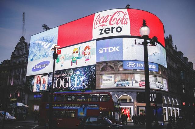 světelná reklama na budově