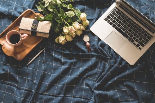 notebook káva postel